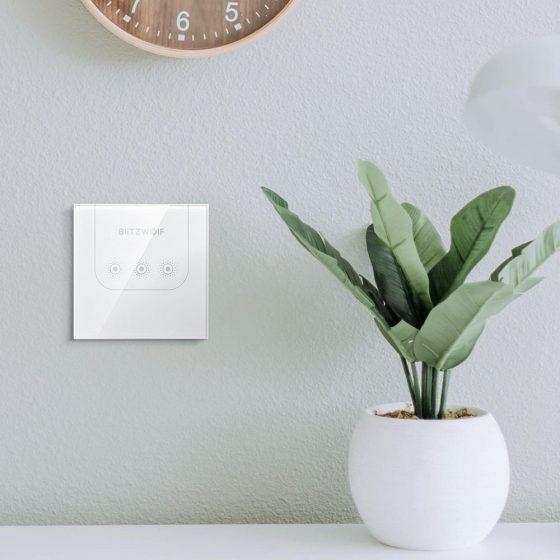 Interruptor BW-SS3 en pared con una planta