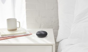 google home mini al lado de las camas