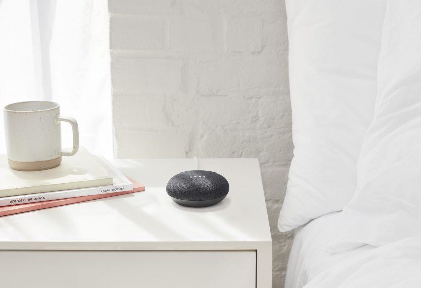 google home mini al lado de las camas
