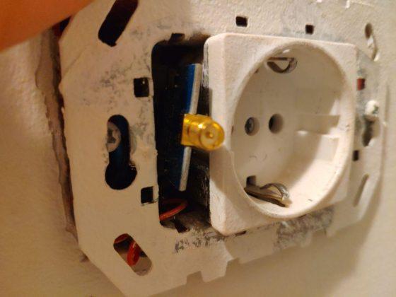 Antena del cc2530 asomando por el enchufe